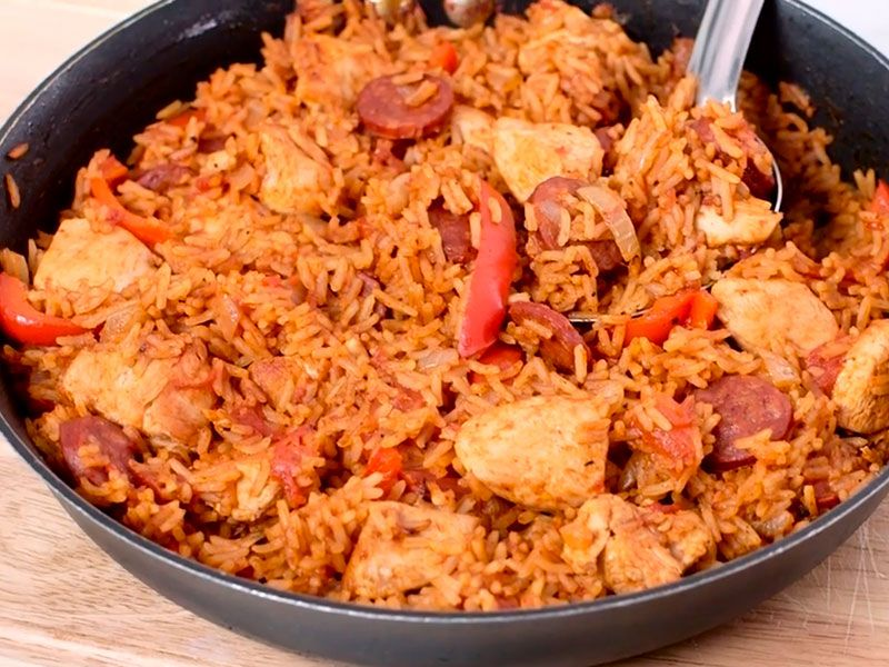 Джамбалайя с курицей и колбасками Чоризо