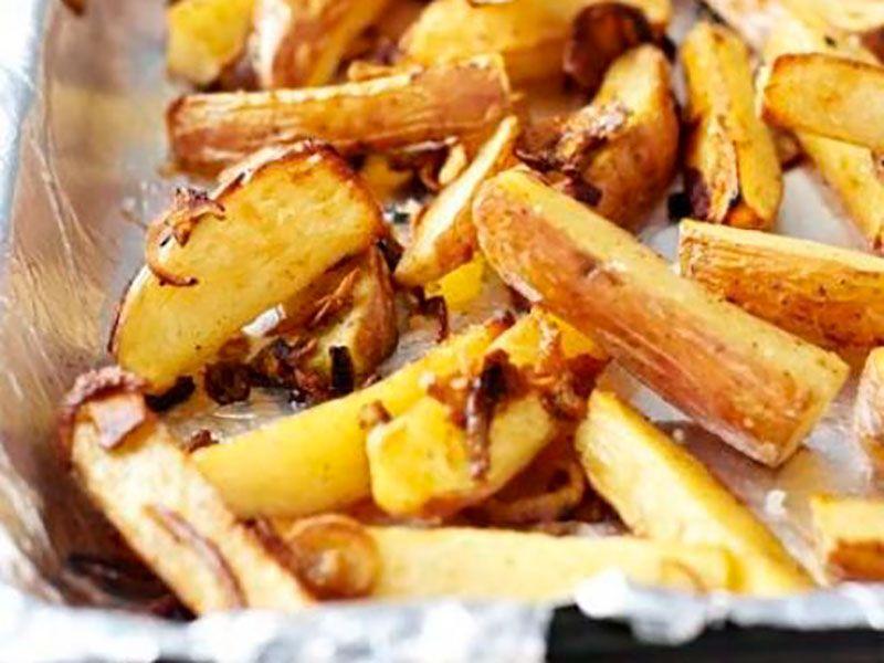 Картошка в духовке запеченная дольками с чесноком и карамелизированным луком