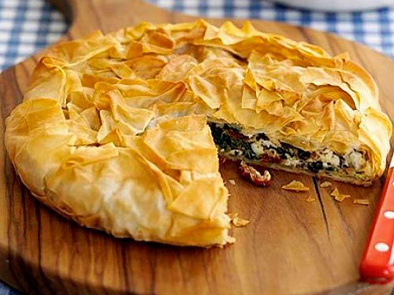 Хрустящий греческий пирог со шпинатом и сыром Фета