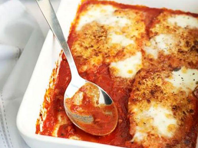 Курица с пармезаном и моцареллой в чесночно-томатном соусе