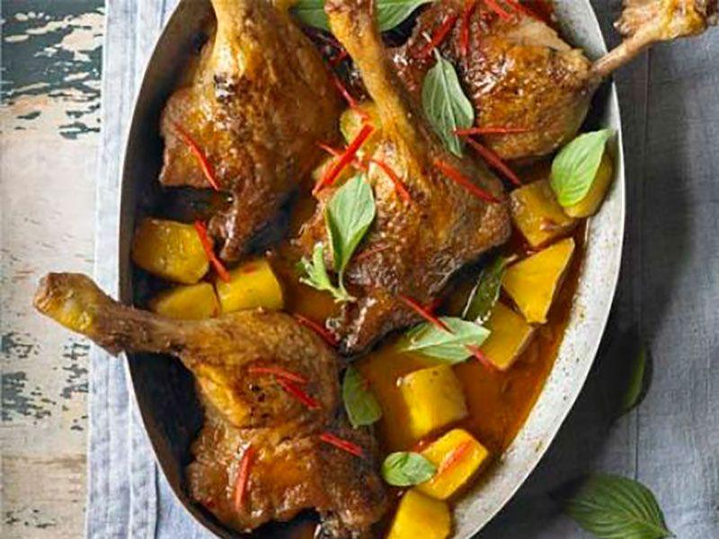 Нежная утка в духовке с ананасом в красном карри
