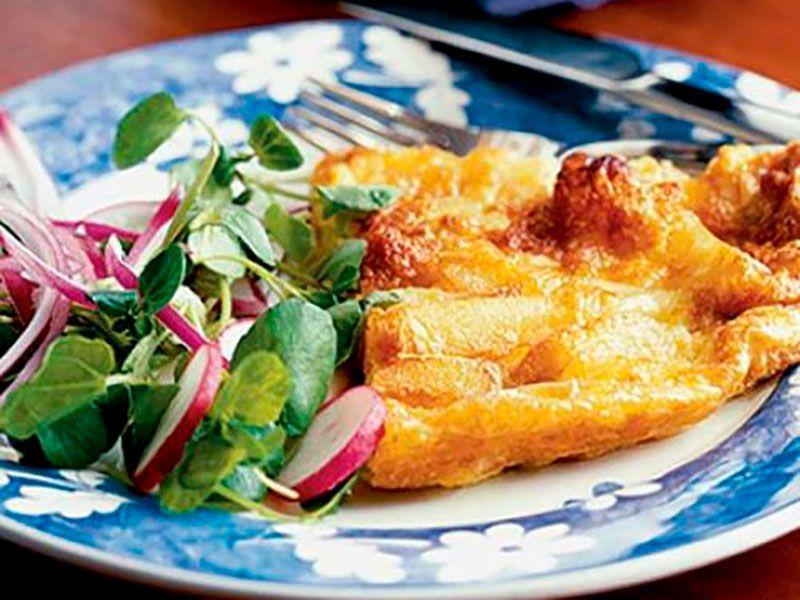 Омлет с картошкой и сыром на сковороде