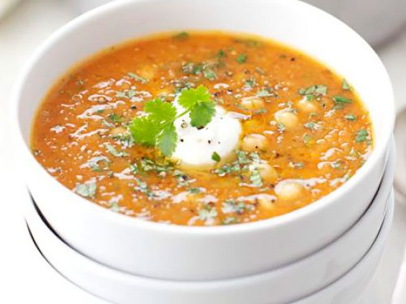 Простой суп из красной чечевицы, нута и чили