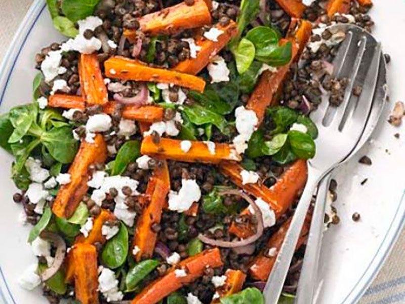Салат из чечевицы, пряной жареной моркови и феты