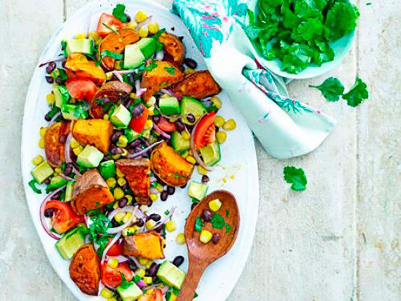 Салат с авокадо, фасолью, кукурузой и сладким картофелем