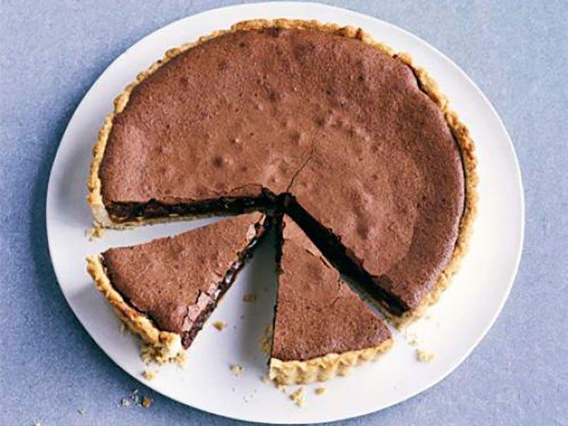 Тарт с шоколадом, соленой карамелью и орехами